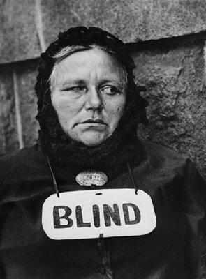 "Paul Strand: ""Mujer ciega, Nueva York"", 1916. © Aperture Foundation Inc., Paul Strand Archive"